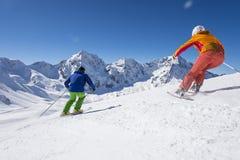 Ski fahren mit Staubschnee - Abfahrtskilauf Lizenzfreies Stockfoto