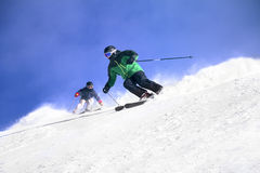 Ski fahren mit zwei Skifahrern Stockbilder