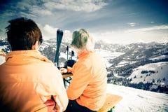 Ski fahrende ältere Paare, die einen Bruch haben Lizenzfreies Stockbild