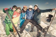 ski Femme et homme de sport en montagnes neigeuses Image libre de droits
