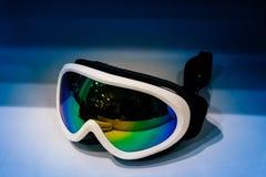 Ski googelt auf blauem Hintergrund Lizenzfreies Stockfoto