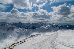 Ski het reizen spoor in mooi zonnig de winterlandschap, Kleinwalsertal, Oostenrijk Stock Afbeelding