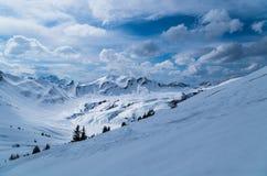Ski het reizen spoor in mooi zonnig de winterlandschap, Kleinwalsertal, Oostenrijk Royalty-vrije Stock Fotografie