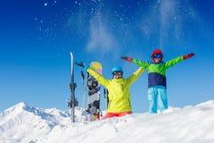 Ski, hiver, neige, soleil et amusement - enfants, garçon et fille ayant l'amusement dans les Alpes Ski d'enfant dans les montagne photos stock