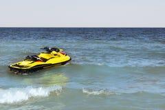 Ski jaune de jet sur la plage Image stock