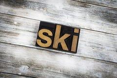 Ski Letterpress Word en fondo de madera imagen de archivo