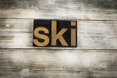 Ski Letterpress Word su fondo di legno fotografia stock libera da diritti