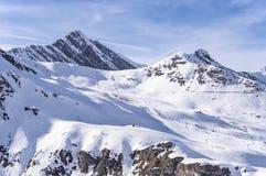 Ski-lift e pendii in alpi austriache Immagini Stock