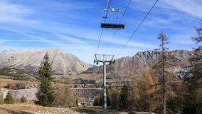 Ski Lift en invierno sin nieve almacen de video