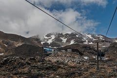 Ski Lift en las montañas, viaje del volcán de Ruapehu, Nueva Zelanda fotografía de archivo