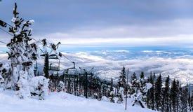 Ski Lift en uppfinning av Robert Winterhalder Carries de dess passagerarna tillbaka till överkanten av berget Royaltyfri Bild