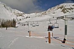 Ski Lift jusqu'au dessus de montagne Images libres de droits