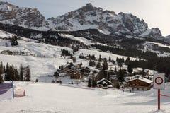 Ski Lift Metallic Structrure moderno nelle alpi italiane delle dolomia nel giorno di inverno con neve Fotografia Stock Libera da Diritti