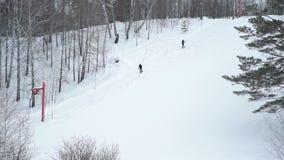 Ski Lift Moving Up aan een Kleine Heuvel met Mensen stock video