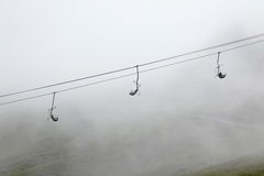Ski-lift in nebbia Fotografia Stock