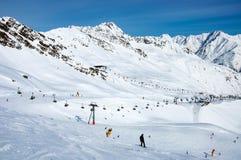 Ski-lift, sciatori e snowboarders a Solden, Austria Immagine Stock Libera da Diritti