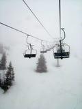 Ski-lift sulla montagna nevosa Immagini Stock