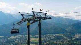 Ski Lift sur le paysage de montagne Photographie stock libre de droits