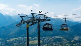 Ski Lift sur le paysage de montagne Photographie stock