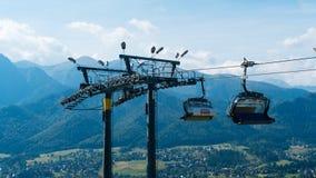 Ski Lift sur le paysage de montagne Image stock