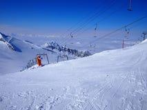 Ski Lift vacío, cielo azul, Hintertux, Austria Imagen de archivo libre de regalías