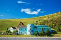Ski Lodge in de zomer De Altai-Bergen, Zuidelijk Siberië stock fotografie
