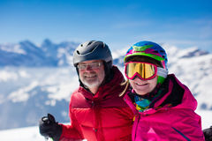 Ski mûr de couples dans les montagnes Photo libre de droits