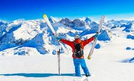 Ski mit überraschender Ansicht von Schweizer berühmten Bergen in schönem Winterschnee Mt-Fort Das Skituring, backcountry Skifahre stockbilder
