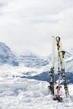 Ski mit Lots Exemplarplatz. Berge im backgrou Lizenzfreie Stockfotografie