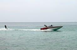 Ski nautique pendant l'été sur la mer image stock