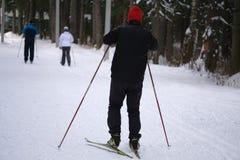 Ski pendant l'hiver Un groupe de skieurs vers le haut d'une pente de neige à Risquez dans les montagnes un jour ensoleillé images libres de droits