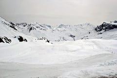 Ski Piste no pico de montanha de Arlberg no inverno foto de stock