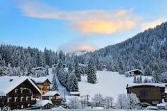 Ski Resort de Madonna di Campiglio na manhã, cumes italianos, Itália Imagem de Stock