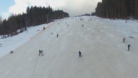 Ski Resort #4, esquiadores desciende de la colina, aérea almacen de metraje de vídeo