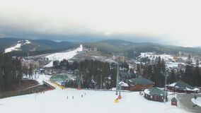 Ski Resort #14, esquiadores, telesilla, panorama aéreo metrajes