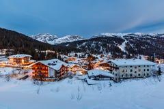 Ski Resort iluminado de Madonna di Campiglio por la tarde Foto de archivo libre de regalías