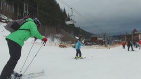 Ski Resort #16, junge Skifahrer, Kind mit Vater stock footage