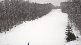 Ski Resort met lift en skiërs stock video