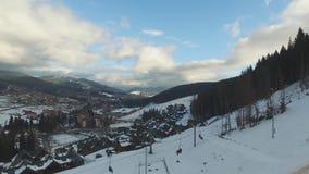 Ski Resort #9, Panorama von Bukovel, Skifahrer steigen vom Hügel ab, von der Luft stock video