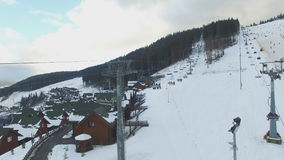 Ski Resort #15, Skifahrer, Sessellift, Luftpanorama stock video