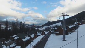 Ski Resort #10, Skifahrer steigen auf den Sessellift auf, von der Luft stock video footage
