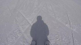 Ski And The Shadows Of o esquiador esse esqui a inclinação da montanha no inverno video estoque