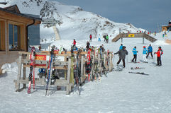 Ski and skiers nerby drag lift on Ofelerjoch peak Stock Images