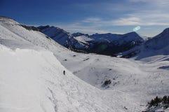 Ski Slope i de kanadensiska steniga bergen Royaltyfri Foto