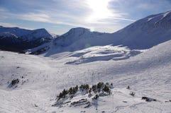 Ski Slope i de kanadensiska steniga bergen Royaltyfri Bild