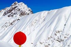 Ski Slope Sign vermelho em ajustes da montanha Imagens de Stock Royalty Free