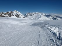 Ski slope and ski lift Royalty Free Stock Photos