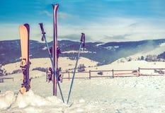 Ski Slope y Ski Equipment Imagen de archivo libre de regalías