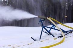 Ski sluttar snow bearbetar med maskin Fotografering för Bildbyråer