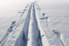 Ski, sneeuw en spoor Royalty-vrije Stock Foto's